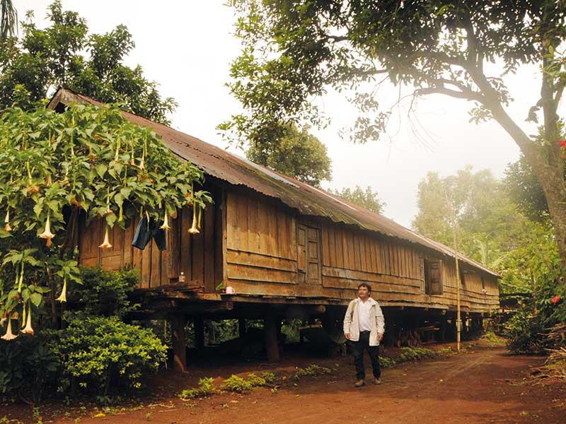 Một căn nhà dài Ê Đê truyền thống ở buôn Ko Tam đầu nguồn.
